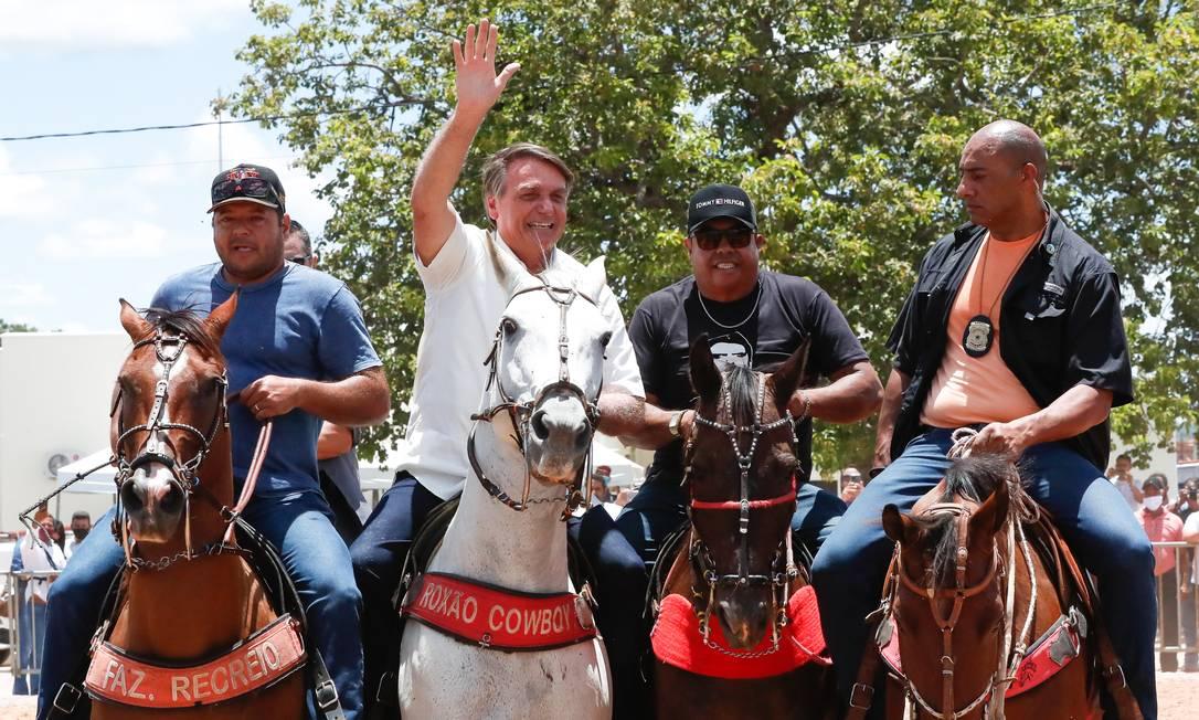 Presidente Jair Bolsonaro anda a cavalo durante visita à cidade de Coribe (BA), onde participou de entrega de parte de obra na BR-135, nesta quinta-feira (21) Foto: Alan Santos / Presidência da República