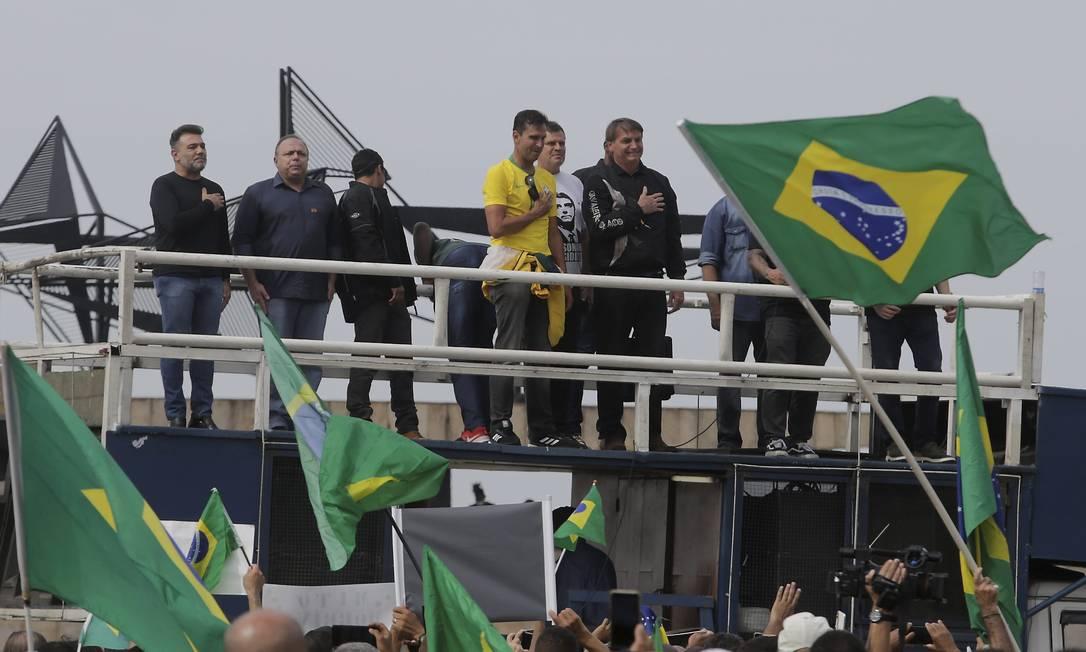 Bolsonaro, acompanhado do ex-ministro da Saúde Eduardo Pazuello, ambos sem máscaras, discursa para apoiadores após 'motociata' no Rio Foto: Domingos Peixoto / Agência O Globo