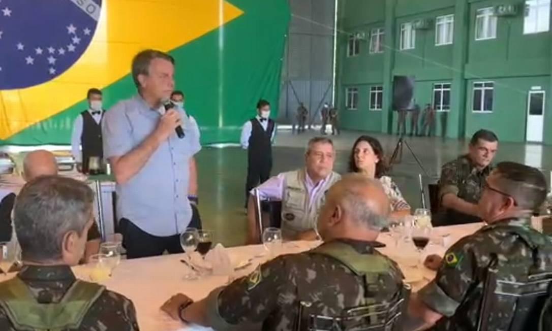 Bolsonaro conversa com oficiais do Exército no Amazonas Foto: Reprodução