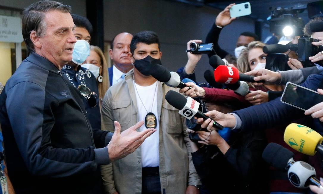 Sem máscara, Bolsonaro conversa com jornalistas na saída do Hospital Vila Nova Star, em São Paulo, onde esteve internado para tratar uma obstrução intestinal. Foto: MIGUEL SCHINCARIOL / AFP