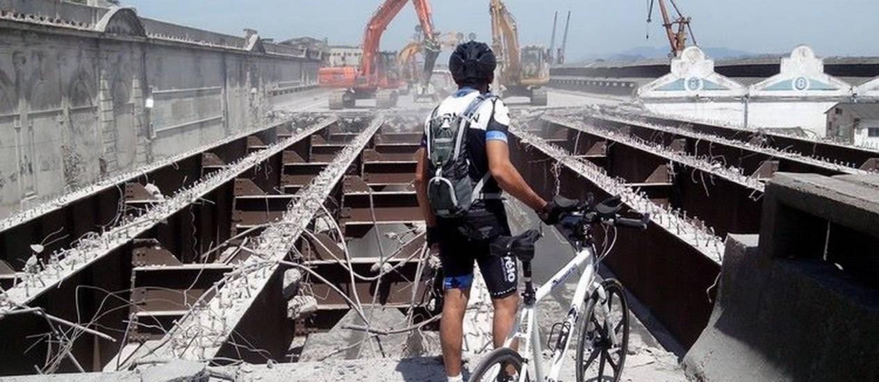 Ciclista observa demolição de um dos primeiros trechos da Perimetral neste domingo Foto: Eduardo Rodrigues / O Globo