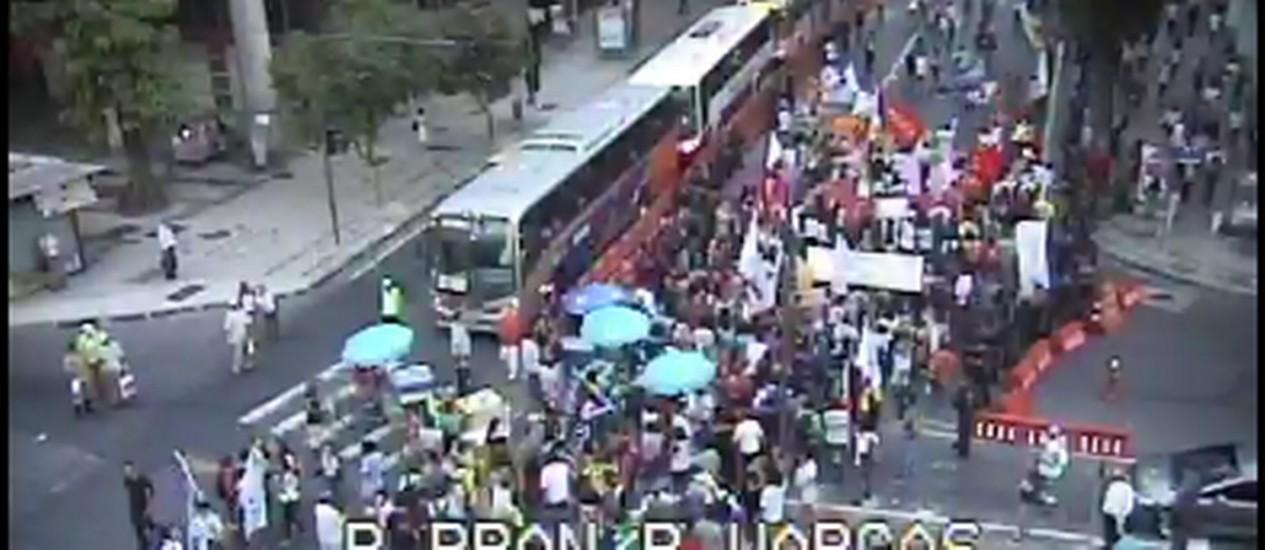 Manifestantes seguem pela Av. Rio Branco Foto: REPRODUÇÃO / COR