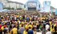 Milhares lotam a arena em Copacabana para assistir Brasil e Croácia