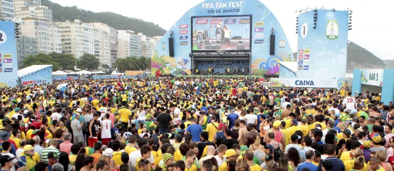 Milhares lotam a arena em Copacabana para assistir Brasil e Croácia Foto: Marcelo Piu / Agência O Globo