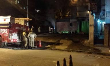 Bombeiros controlam as chamas em contêiner da UPP do Lins, após protesto Foto: Divulgação