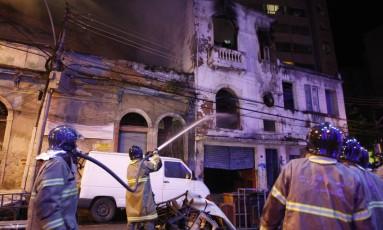 Bombeiros combatem incêndio em edifício no Catete Foto: Pedro Teixeira / Agência O Globo