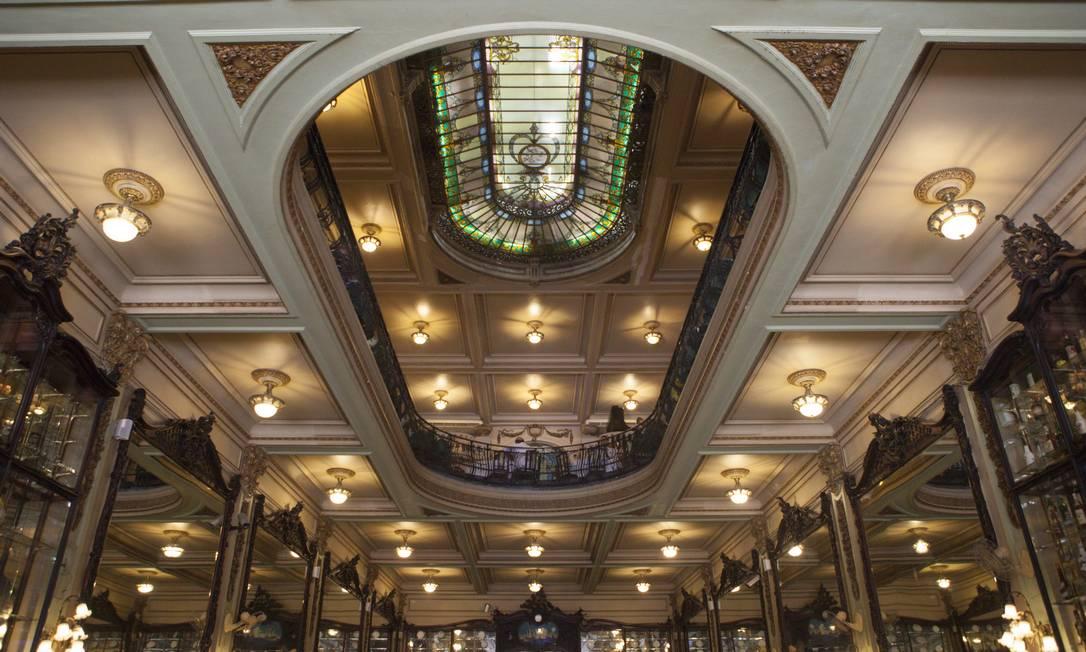Importada da França em 1922, a claraboia da Colombo tem 8m de comprimento por 4,5m de largura Foto: Angelo Antonio Duarte / Agência O Globo