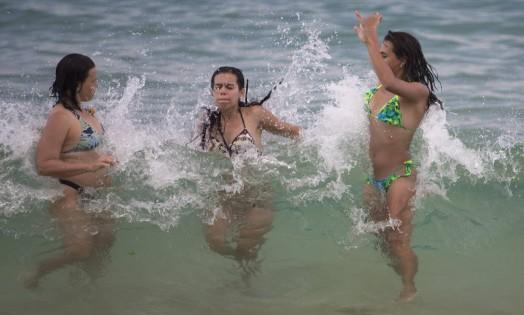 Para se refrescar do forte calor, banhistas mergulham no mar carioca Foto: Márcia Foletto / Agência O Globo