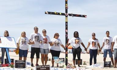 Amigos e familiares protestam pela menina Larissa de Carvalho e outras vítimas de bala perdida, na Praia de Copacabana Foto: Daniela Hallack Dacorso / Agência O Globo