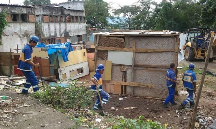 Agentes da Seop fazem operação e destroem barracos no Caju Foto: Prefeitura do Rio / Divulgação