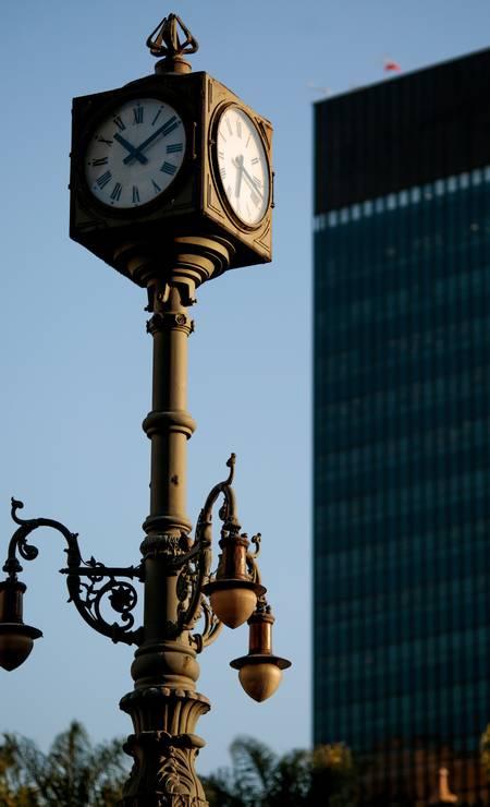 No Largo da Carioca, desde 1983, está o famoso lampadário de ferro, em estilo eclético, cujo charme é um relógio no alto Foto: Pedro Kirilos / Agência O Globo