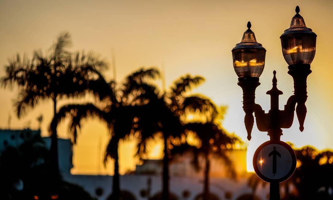 No Largo da Lapa, o lampadário, encomendado por Pereira Passos em 1905, rouba a cena no Centro Histórico da cidade Foto: Pedro Kirilos / Agência O Globo