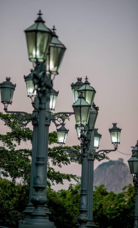 As 24 luminárias em ferro fundido da Glória também fazem parte do patrimônio tombado e mentém sua originalidade Foto: Pedro Kirilos / Agência O Globo