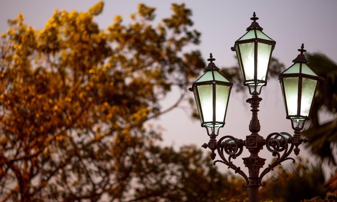 A luminária faz parte do conjunto arquitetônico da amurada do Hotel Glória, projetado pelo francês Eugene Benet em 1908 Foto: Pedro Kirilos / Agência O Globo