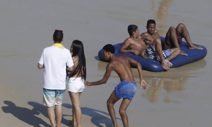 RI Rio de Janeiro (RJ) 20/09/2015 Inverno de praia lotada no Rio ,Casal e roubado na praia do arpoador. Foto Domingos Peixoto / agência o Globo Foto: Domingos Peixoto / Agência O Globo