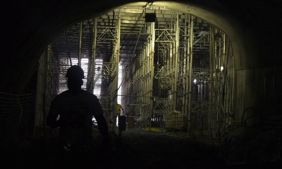 Eles trabalham em até 46 metros de profundidade, e faltam seis de perfuração na horizontal para que as galerias cheguem ao mergulhão da praça Foto: Antônio Scorza / Agência O Globo
