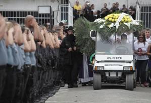 Caio recebe as últimas homenagens de colegas da PM Foto: Cléber Júnior / Agência O Globo
