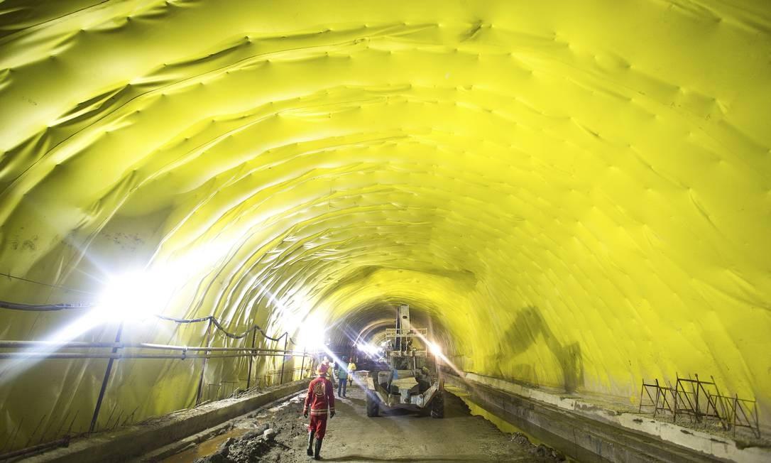 Cento e vinte operários se revezam na escavação, pavimentação e instalação de equipamentos no túnel da Via Expressa, que vai ligar a Praça Quinze ao Armazém 8 do Cais do Porto Foto: Antônio Scorza / Agência O Globo