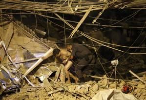 PM trabalha no resgate de uma das vítimas da explosão Foto: Thiago Lontra / Agência O Globo