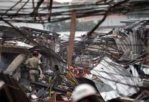 Bombeiros contam com a ajuda de cães farejadores para encontrar vítimas no local Foto: Thiago Lontra / Agência O Globo