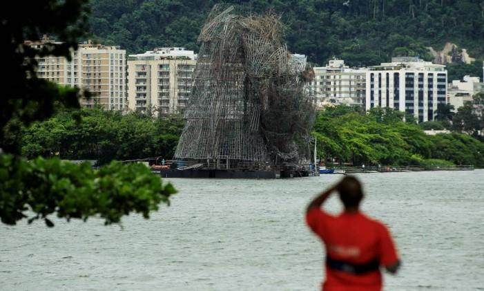 Ventania destrói a parte de cima da Árvore de Natal da Lagoa Foto: Gabriel de Paiva / Agência O Globo