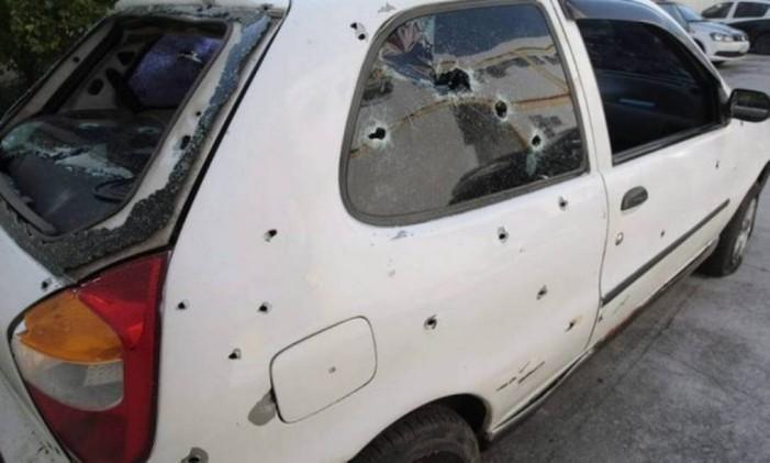 Carro no qual jovens foram mortos em Costa Barros Foto: Roberto Moreyra / Agência O Globo