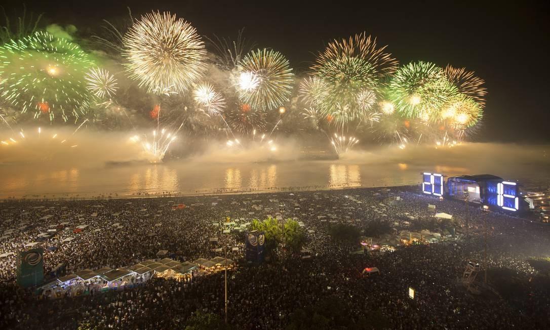 O show pirotécnico no réveillon de Copacabana em 2016 Foto: Hermes de Paula / Agência O Globo