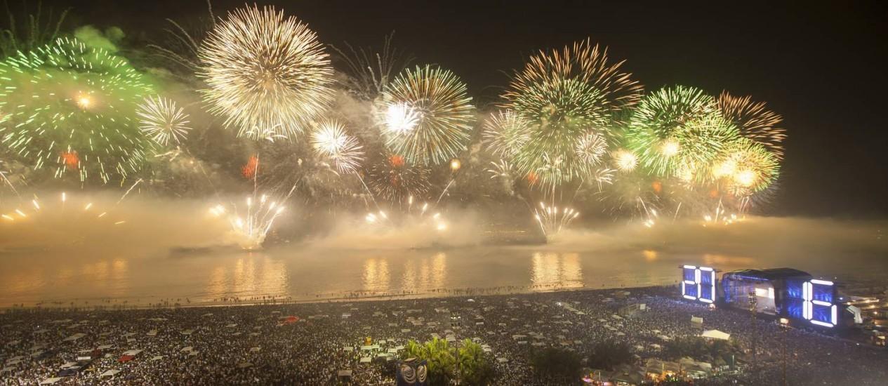 O show pirotécnico no réveillon de Copacabana Foto: Hermes de Paula / Agência O Globo
