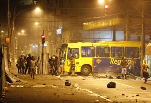 Supostos manifestantes depredam ônibus na Central do Brasil Foto: Domingos Peixoto / Agência O Globo