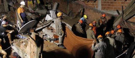 Bombeiros trabalham nos escombros de residência que desabou Foto: Pedro Teixeira / Agência O Globo