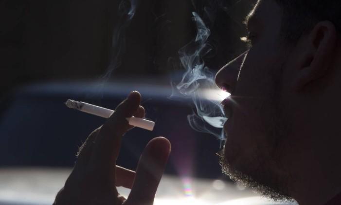 A OMS estima que 4,9 milhões pessoas (mais de 10 mil por dia) morrem todos os anos em decorrência do cigarro Foto: Antonio Scorza / Agência O Globo