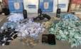 PMs apreenderam drogas, ráfios e arma, além de prenderem cinco suspeitos