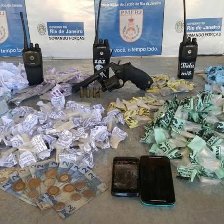 PMs apreenderam drogas, ráfios e arma, além de prenderem cinco suspeitos Foto: Divulgação/Polícia Militar