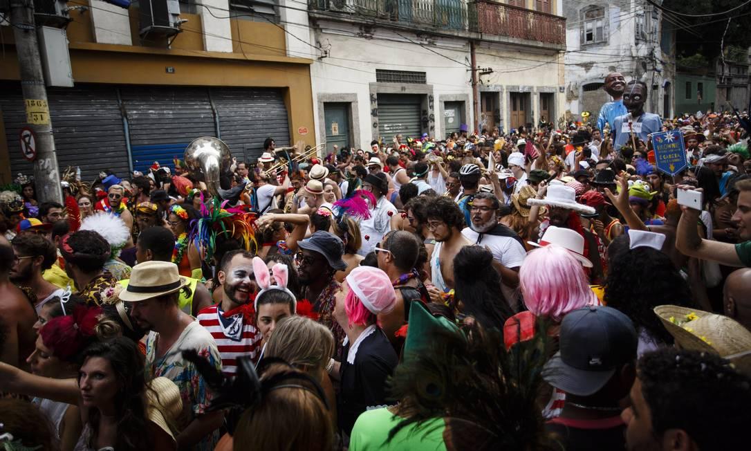 No Cordão do Prata Preta, os foliões fantasiados desfilavam junto com bonecos Fernando Lemos / Agência O Globo