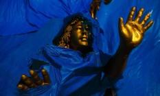 Sagrado na Sapucaí. No barracão da Beija-Flor, parte de uma escultura dourada, em forma de anjo, fica à mostra: a escola de Nilópolis está entre as agremiações que abordarão temas religiosos em seu enredo no carnaval deste ano Foto: Daniel Marenco / Agência O Globo
