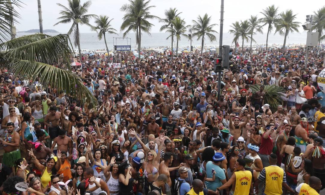 Simpatia É Quase Amor puxa a multidão em Ipanema desfila pela 32ª vez este ano Domingos Peixoto / Agência O Globo