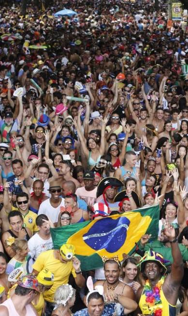 Multidão se espreme para seguir o bloco, mas não deixa a animação cair Domingos Peixoto / O Globo