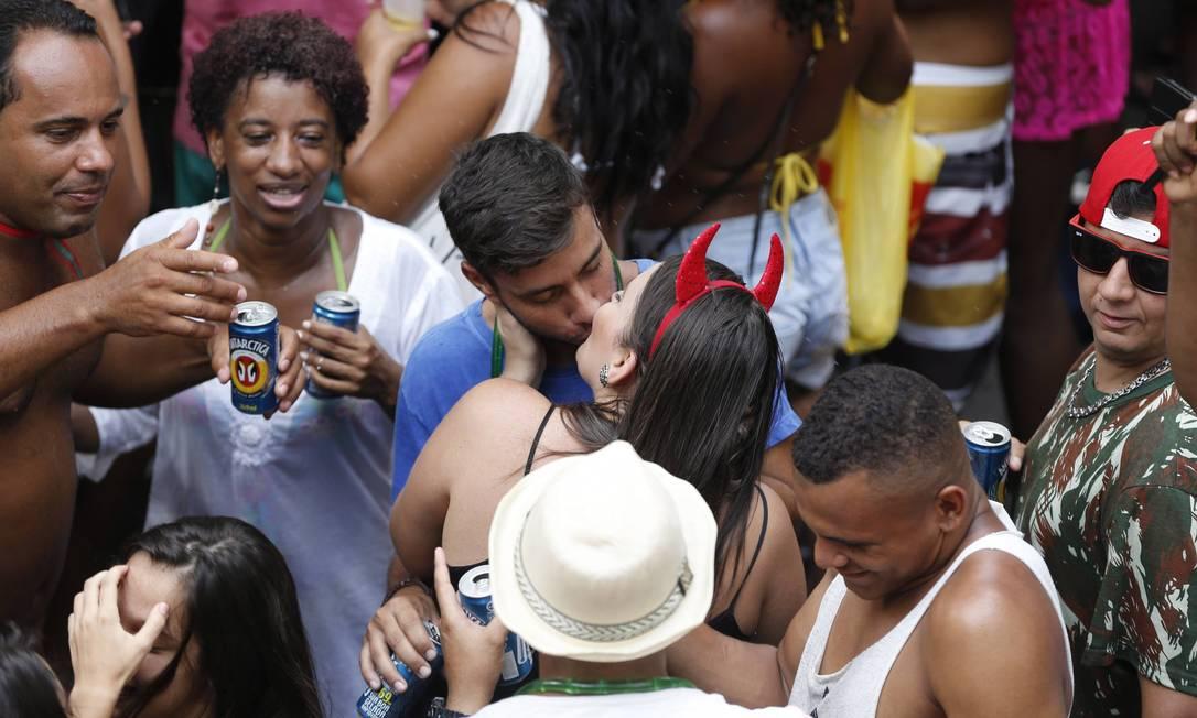 Não falta beijo na boca no bloco em Ipanema Domingos Peixoto / Agência O Globo