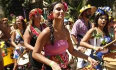 Em homenagem ao nome do bloco, homens e mulheres abusaram das flores no bloco 'Vem cá, minha flor' Foto: Ana Branco / Agência O Globo