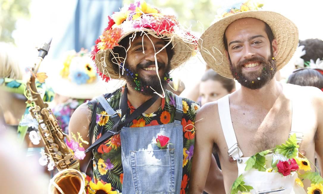 A tradição de enfeitar a barba com flores vem desde os ensaios do bloco Ana Branco / Agência O Globo