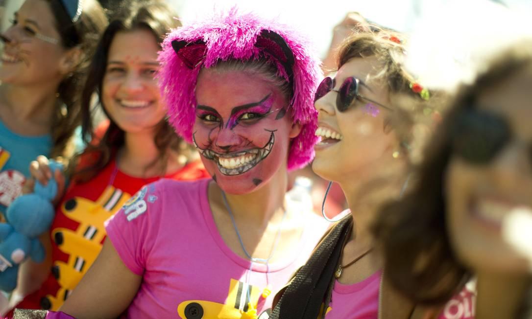 A maquiagem caprichada recriou o sorriso do gato de 'Alice no país das maravilhas' no rosto da foliã Márcia Foletto / Agência O Globo