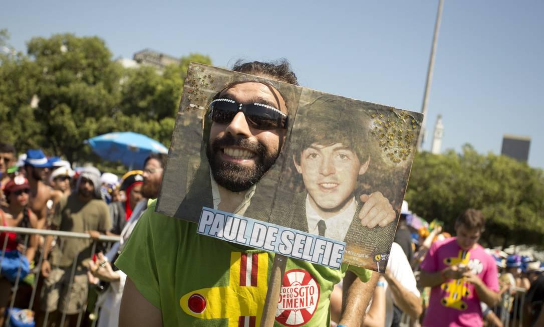 A foto do beatle Paul McCartney virou fantasia no trocadilho com o bastão usado para quem fotografa a si mesmo Márcia Foletto / Agência O Globo