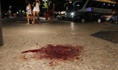 Calçada suja de sangue após briga em Copacabana Foto: Pedro Teixeira / Agência O Globo