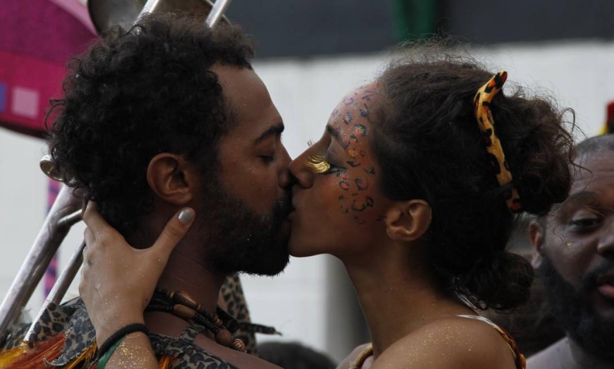 Pausa para um beijo, que ninguém é de ferro Foto: Pedro Teixeira / Agência O Globo