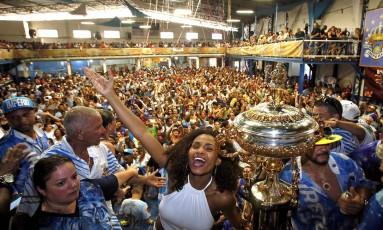 A comemoração da capeã do carnaval paulistano de 2016, Império de Casa Verde Foto: Edilson Dantas / Agência O Globo