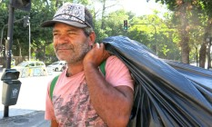 Alberto Carlos Rodrigues segura a sacola de latas que juntou para vender Foto: Amanda Prado*