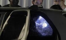 Agentes realizam a perícia no carro em que estavam os policiais Foto: Pedro Teixeira / Agência O Globo