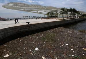Correntes e maré alta levam lixo para a Praça mauá ao lado do Museu do Amanhã Foto: Custódio Coimbra / Agência O Globo