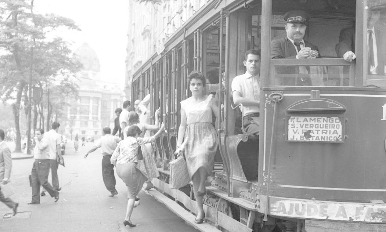 Antes de serem eletrificados, os carros chegaram a ser puxados por locomotivas a vapor, ainda no século XIX Foto: Terceiro / Agência O Globo