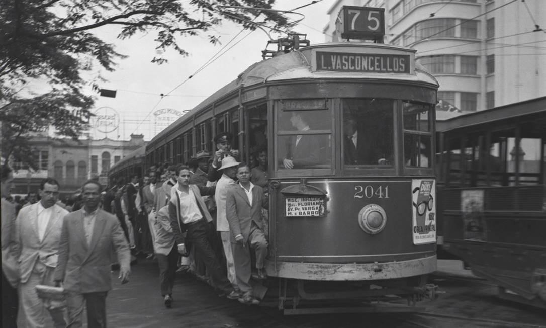 A desativação das linhas ocorreu nos anos 1960, quando as antigas lotações (que originaram boa parte das empresas de ônibus da cidade) deram início a uma disputa por passageiros. Entre 1960 e 1963, por exemplo, foram extintas todas as linhas da Zona Sul Foto: Terceiro / Agência O Globo